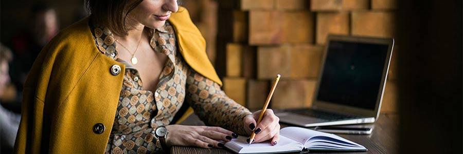 Refaire son CV - Femme en train d'écrire sur un cahier