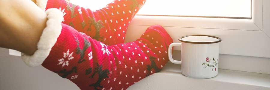 Se dynamiser en hiver, femme, chaussettes hiver et tasse de the