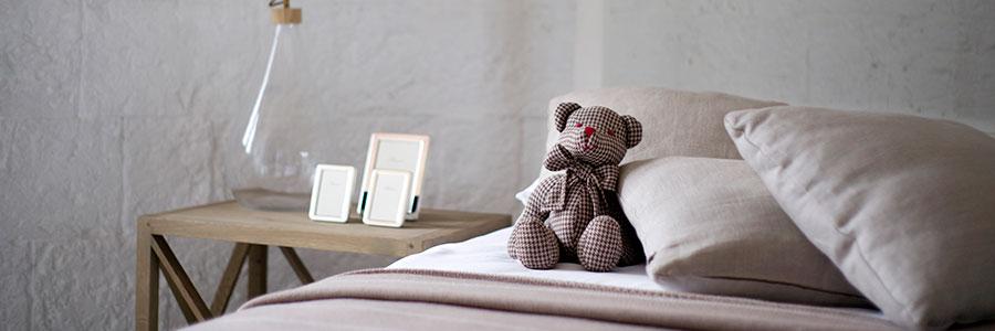 Départ des enfants, Photo d'une chambre vide avec un ours en peluche