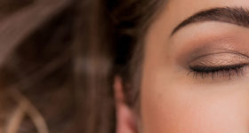 Maquillage permanent, belle femme maquillée et sourcils dessinés