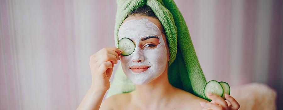 4 masques beauté et anti-âge - Photo d'une femme avec masque sur le visage