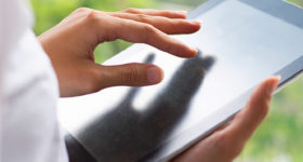 Internet : 5 gestes éco-responsables au quotidien - Photo d'une personne naviguant sur une tablette