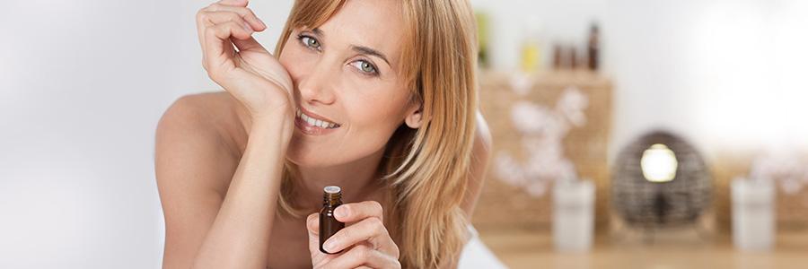 5 conseils anti-fatigue à base d'huiles essentielles - Photo d'une femme sentant des huiles essentielles