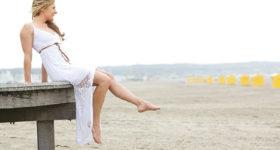 Vivre Seule - Image d'une femme seule assise sur un ponton en bord de plage