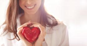 Site de rencontres : je me lance ! - Image d'une femme tenant un coeur