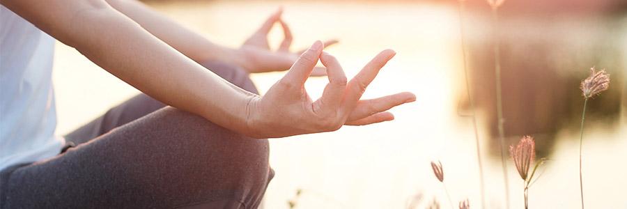 Sophrologie, ses bienfaits sur la ménopause - Image d'une femme zen en méditation ou séance de sophrologie