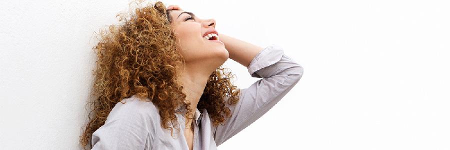 Happy Therapy : 65 petits bonheurs simples - Photo d'une femme heureuse et souriante