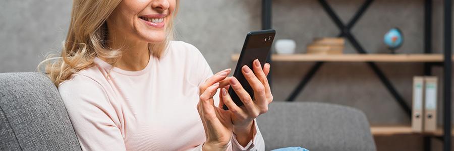 Suis-je accro à mon smartphone ? - Photo d'une femme regardant son téléphone