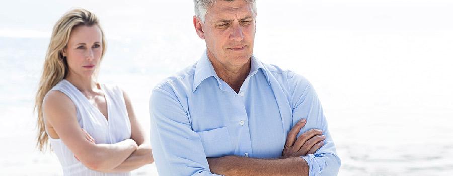 Baisse de libido - Photo d'un couple de 50 ans bras croisés et en situation de conflit