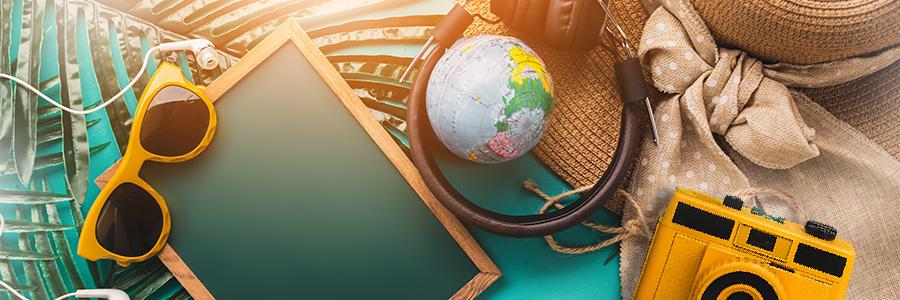 Voyager avec ses parents - Image des affaires de voyage : appareil photo, chapeau, lunettes...