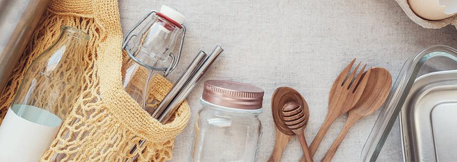 10 gestes zéro déchet dans la cuisine - Image d'objets éco-responsables et limitant les déchets : bocaux, sacs à vrac...