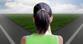 Pourquoi choisir un coach de vie ? Photo d'une femme avec un choix à faire entre 2 routes - développement personnel