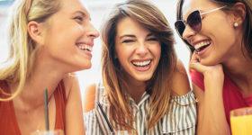 Partir entre copines, 10 bonnes raisons ! - Photo de copines autour d'un déjeuner et rigolant