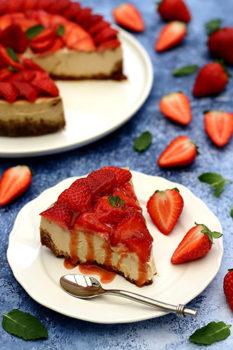 Recette du Cheesecake aux fraises - 50 ans dans le vent - Image d'un cheesecake aux fraises et feuilles de menthe