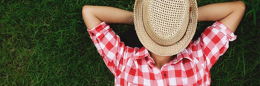 Article Procrastiner ? Promis, demain j'arrête - Photo d'une femme allongée dans l'herbe, relax