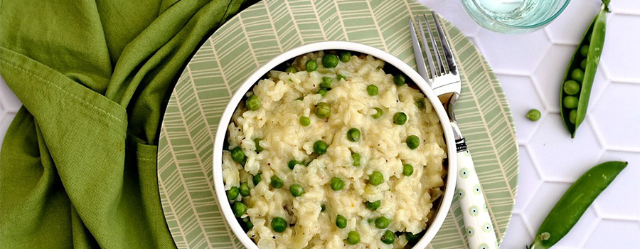 Recette du Risotto aux petits pois et chèvre frais - Image de la recette du risotto réalisée avec décoration de table