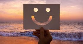 Bucket List : 60 choses à faire avant ses 60 ans - Photo d'une pancarte sourire devant coucher du soleil