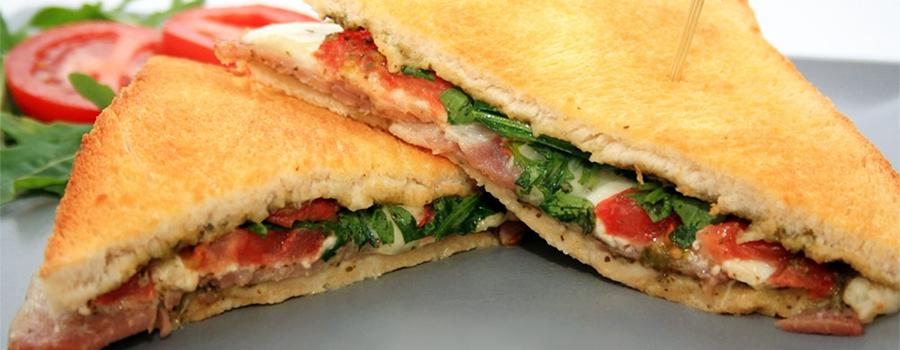 Recette Croque Monsieur à l'italienne - Photo de croque-monsieur avec tomates, mozzarella et jambon cru