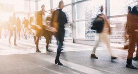 Poème - Le train de la vie de Jean d'Ormesson - Image de gens marchant dans une gare