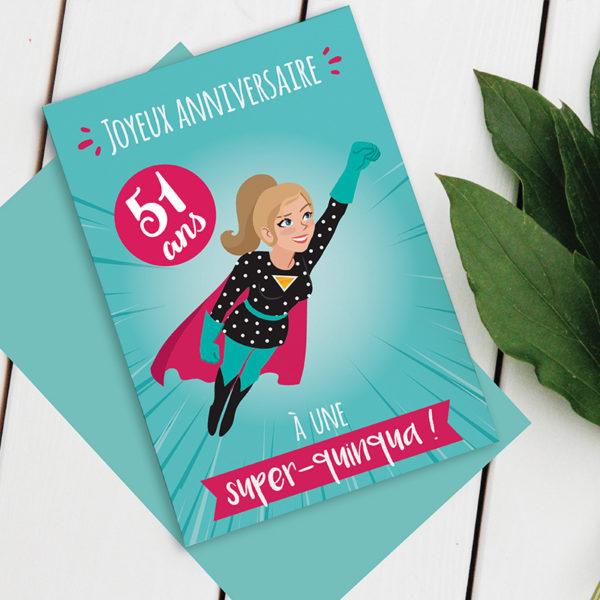 Carte anniversaire Femme - Modèle Quinqua Super-Héros avec sticker à coller selon l'âge du destinataire. Photo d'exemple avec le sticker 51 ans.