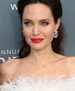 « Lorsque je me regarde dans le miroir, je vois que je ressemble à ma mère et ça me réchauffe le cœur. Je me vois vieillir et ça ne me gêne pas, car cela signifie que je suis vivante. » Angelina Jolie, actrice.
