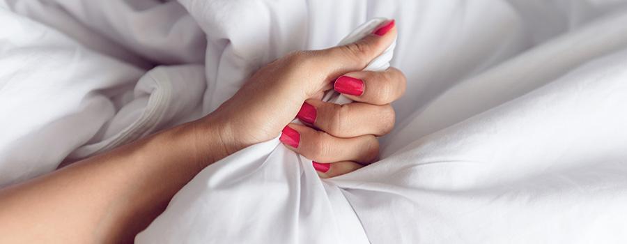 Article 5 positions étonnantes à tester - Image d'une main de femme dans un lit, sexualité épanouie