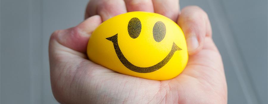 Dimuner le stress avec la sophrologie - Photo d'une main tenant une balle anti-stress