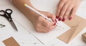 Article de 50 ans dans le vent - 10 idées de message à écrire pour un anniversaire 50 ans - Image d'une femme écrivant sur une carte anniversaire