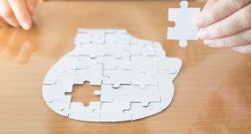 Perte de mémoire à 50 ans - Image d'un puzzle avec le cerveau et une pièce manquante