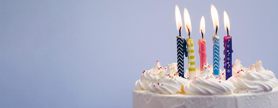 Article Citations pour fêter 50 ans - Photo d'un gateau d'anniversaire et bougies