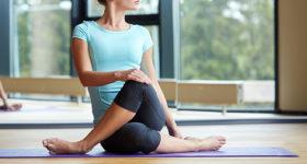 Stretching et coach sportif - Photo d'une femme faisant des exercices d'étirements