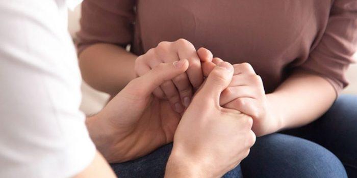 Apprendre à pardonner - Photo d'une femme tenant les mains d'une autre, au moment de pardonner